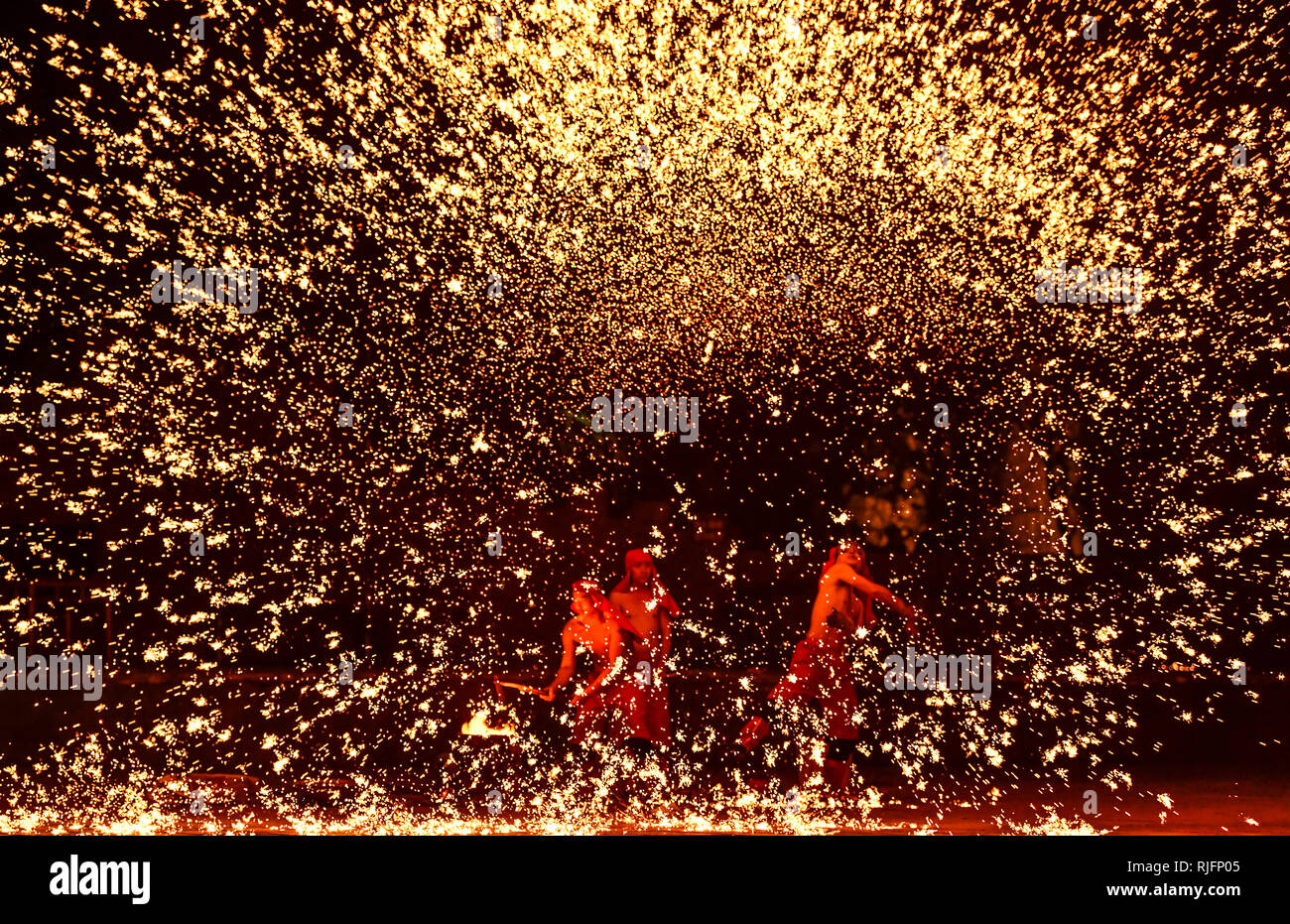 Zaozhuang. Feb, 2019 5. Des étincelles pour les artistes populaires comme du fer en fusion de pulvérisation pour célébrer la fête du printemps dans la région de Taierzhuang, est de la Chine, la province du Shandong, le 5 février 2019, le premier jour de la Nouvelle Année lunaire chinoise. Qimin Crédit: Gao/Xinhua/Alamy Live News Photo Stock