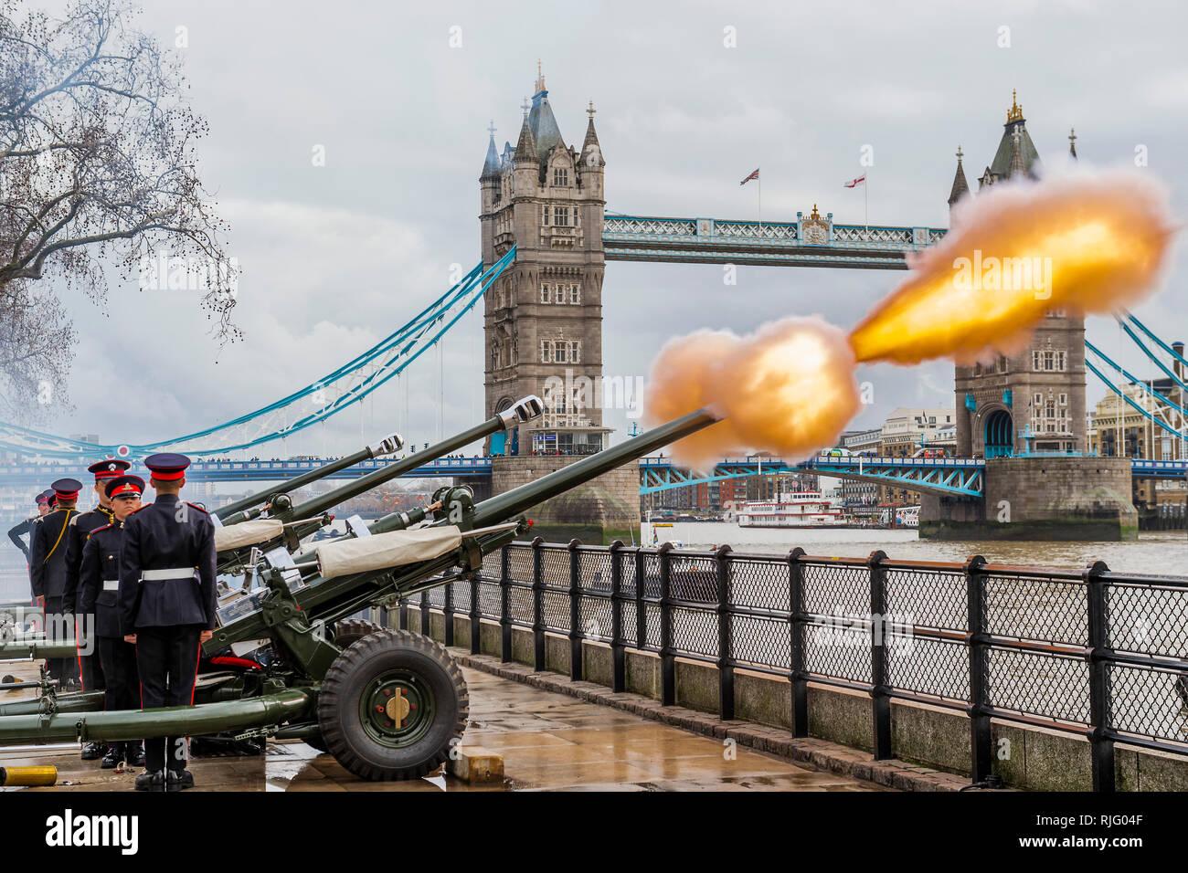 Londres, Royaume-Uni. 6 Feb 2019. L'Honorable Artillery Company (HAC), la ville de London Regiment de l'armée de réserve, un feu d'armes à feu 62 Royal Salute à la Tour de Londres en l'honneur du 67e anniversaire de Sa Majesté la reine accession au trône . Les trois armes à feu cérémoniel L118 tirés sur des intervalles de dix secondes. Crédit: Guy Bell/Alamy Live News Photo Stock