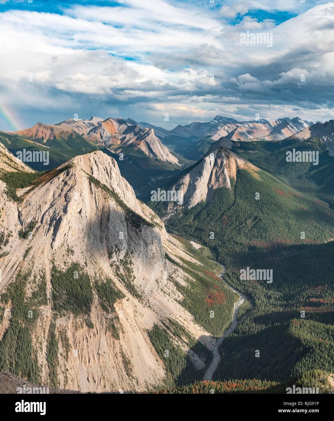 Des vues spectaculaires de Sulphur Skyline Trail de la vallée de la rivière de montagne, les sommets et une nature préservée, vue panoramique Photo Stock