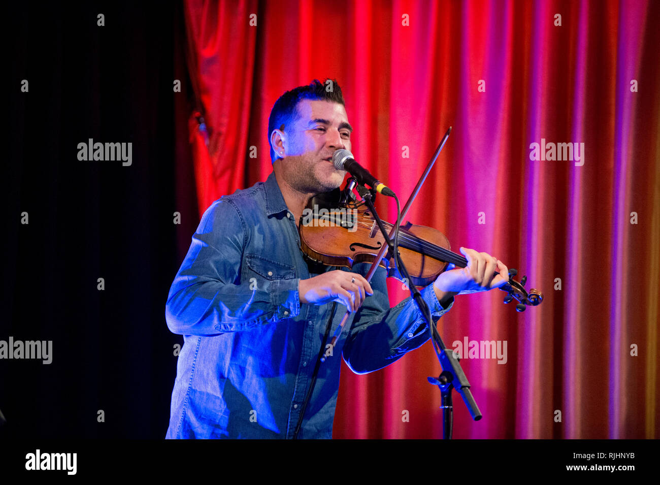 Groupe folklorique canadienne-française, Vishten en concert, la Live Room, Saltaire, West Yorkshire. Pascal Miousse violon. Photo Stock