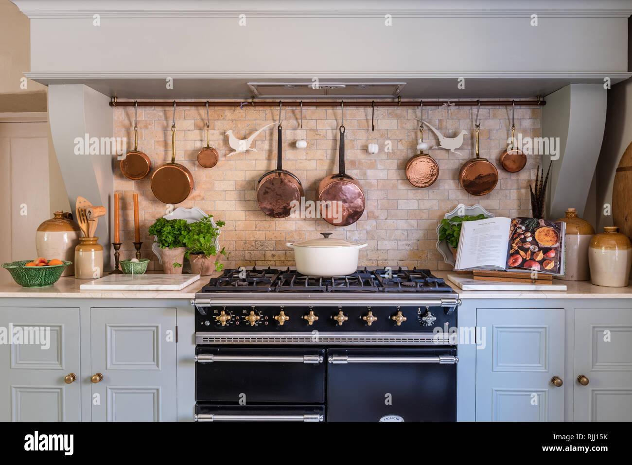 Assortiment de casseroles en cuivre avec livre de recettes et les herbes Photo Stock