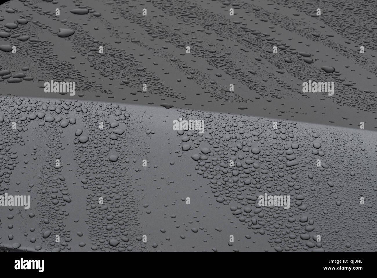 Voiture carrosserie gris avec des gouttelettes de pluie. Photo Stock