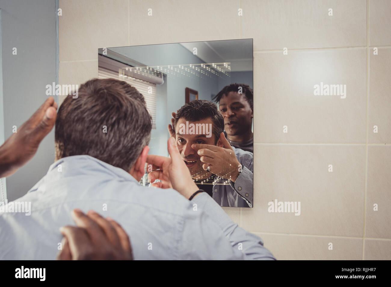 Sexe gay dans la salle de bain