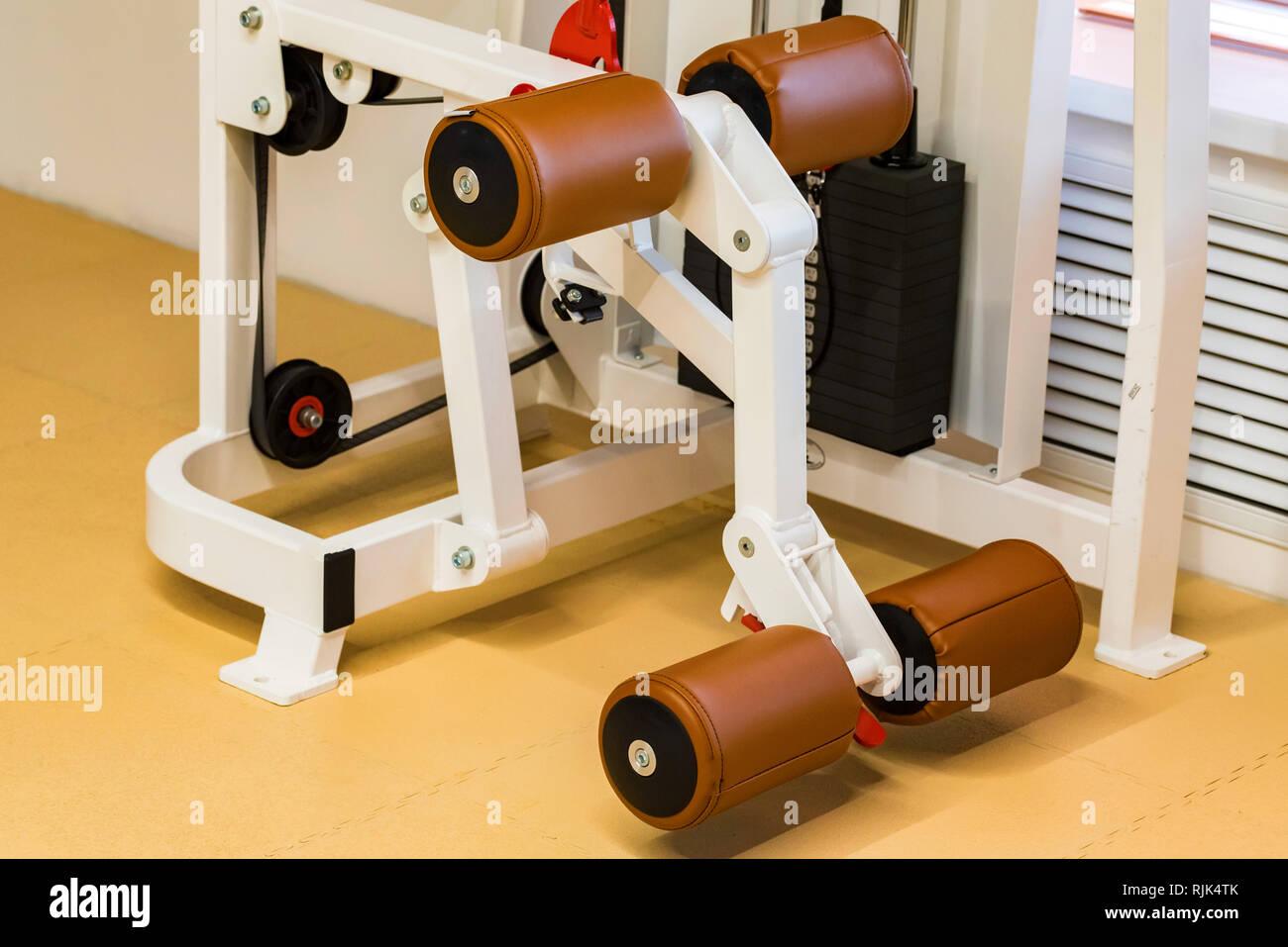 Courbe de jambe vide machine d'exercice dans une salle de sport moderne Photo Stock