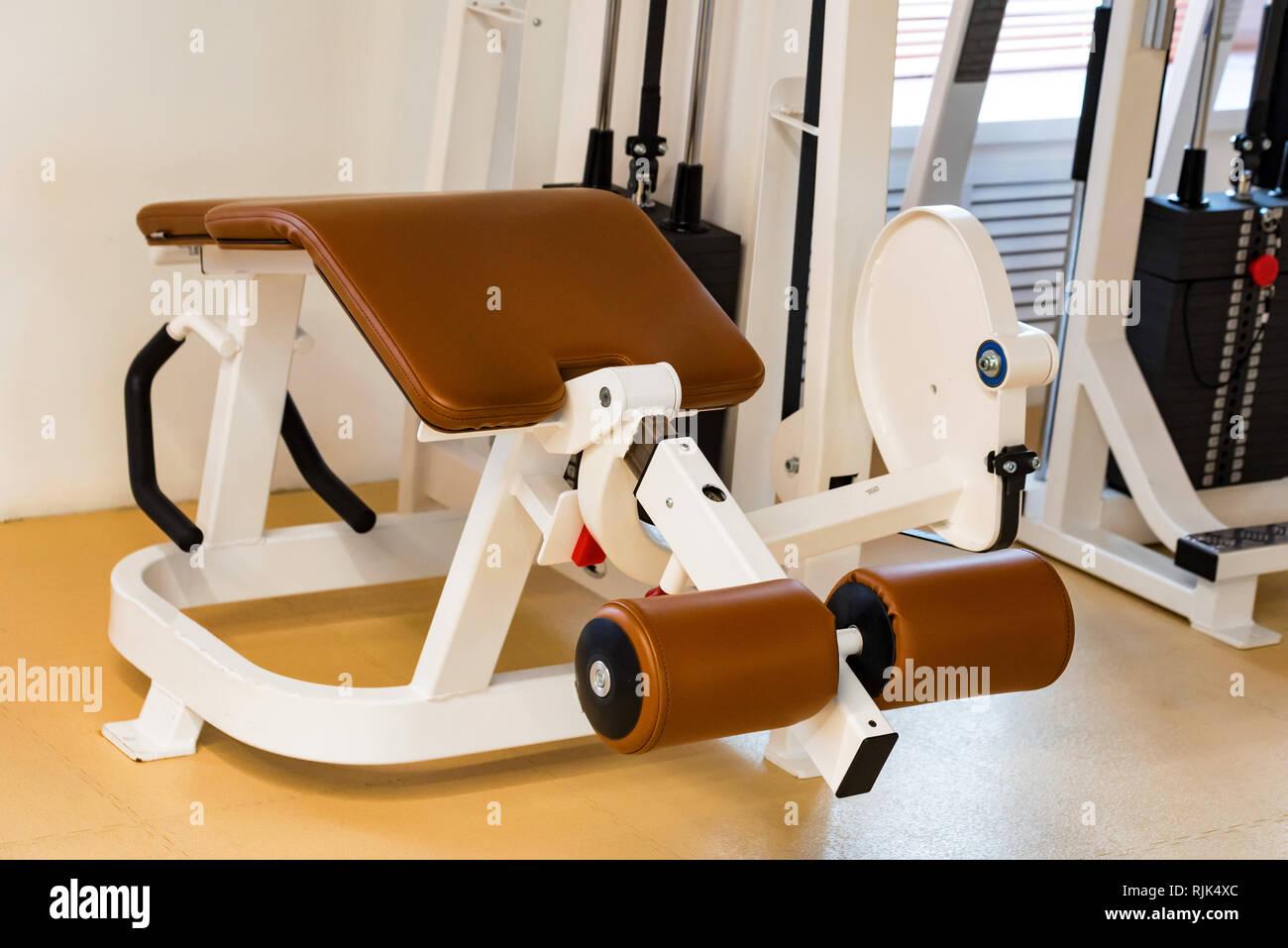Ment vide courbe jambe machine d'exercice dans une salle de sport moderne Photo Stock
