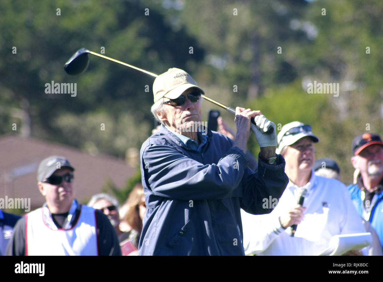 """Plage de galets Beach Golf Links, CA, USA. Feb 6, 2019. Clint Eastwood tees au large de la première à la 3M Celebrity Challenge (deux équipes """"gérés"""" par Clint Eastwood & Bill Murray) avant le début de l'AT&T Pro-Am à Pebble Beach Golf Links Credit: Motofoto/Alamy Live News Photo Stock"""