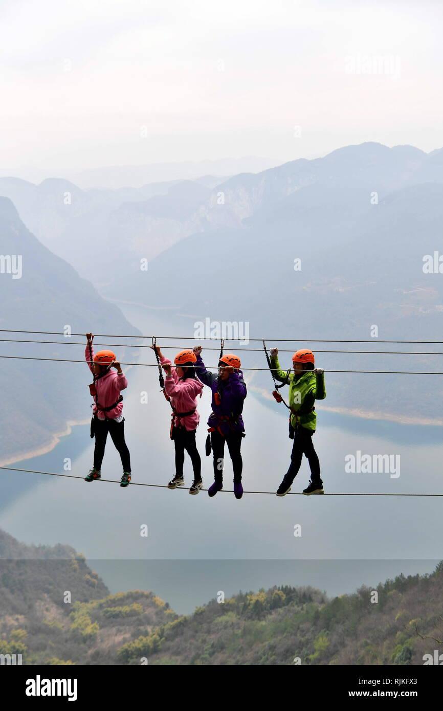 Enshi. Feb 6, 2019. Les touristes à pied sur un pont de fil d'acier à une base de sports en Huaping Canton de Jianshi, comté de la province du Hubei en Chine centrale, le 6 février 2019, le deuxième jour de Nouvelle Année lunaire chinoise. Shunpi Crédit: Yang/Xinhua/Alamy Live News Photo Stock