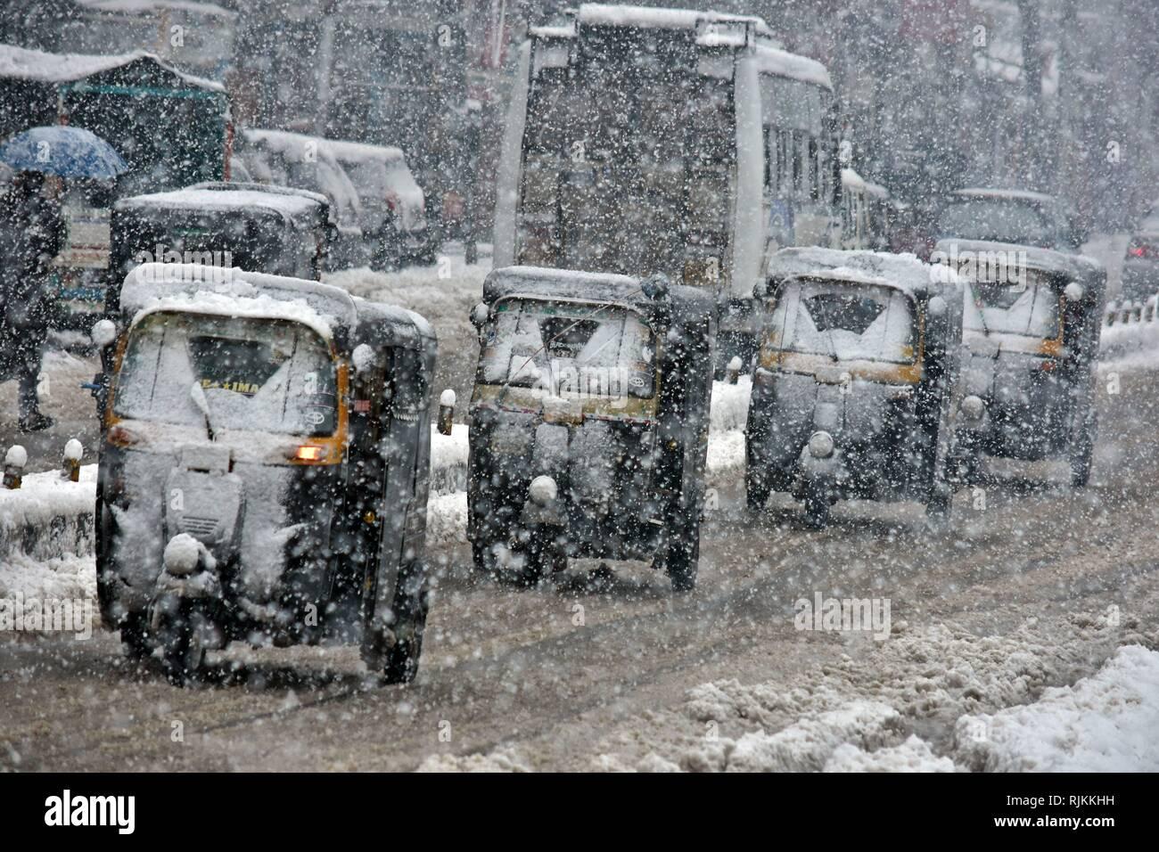 Srinagar, au Cachemire. 7 Février, 2019. Une ligne serpentine d'auto-rickshaws vu pendant les chutes de neige fraîche à Srinagar, au Cachemire.neige fraîche affecté l'ensemble de la vallée du Cachemire. Le réseau routier national est resté fermé pour la deuxième journée consécutive et de services de vol et de Srinagar ont été annulés.l'homme a des prévisions météorologiques dans l'amélioration des conditions météorologiques à partir de la Feb 8. Credit: ZUMA Press, Inc./Alamy Live News Photo Stock