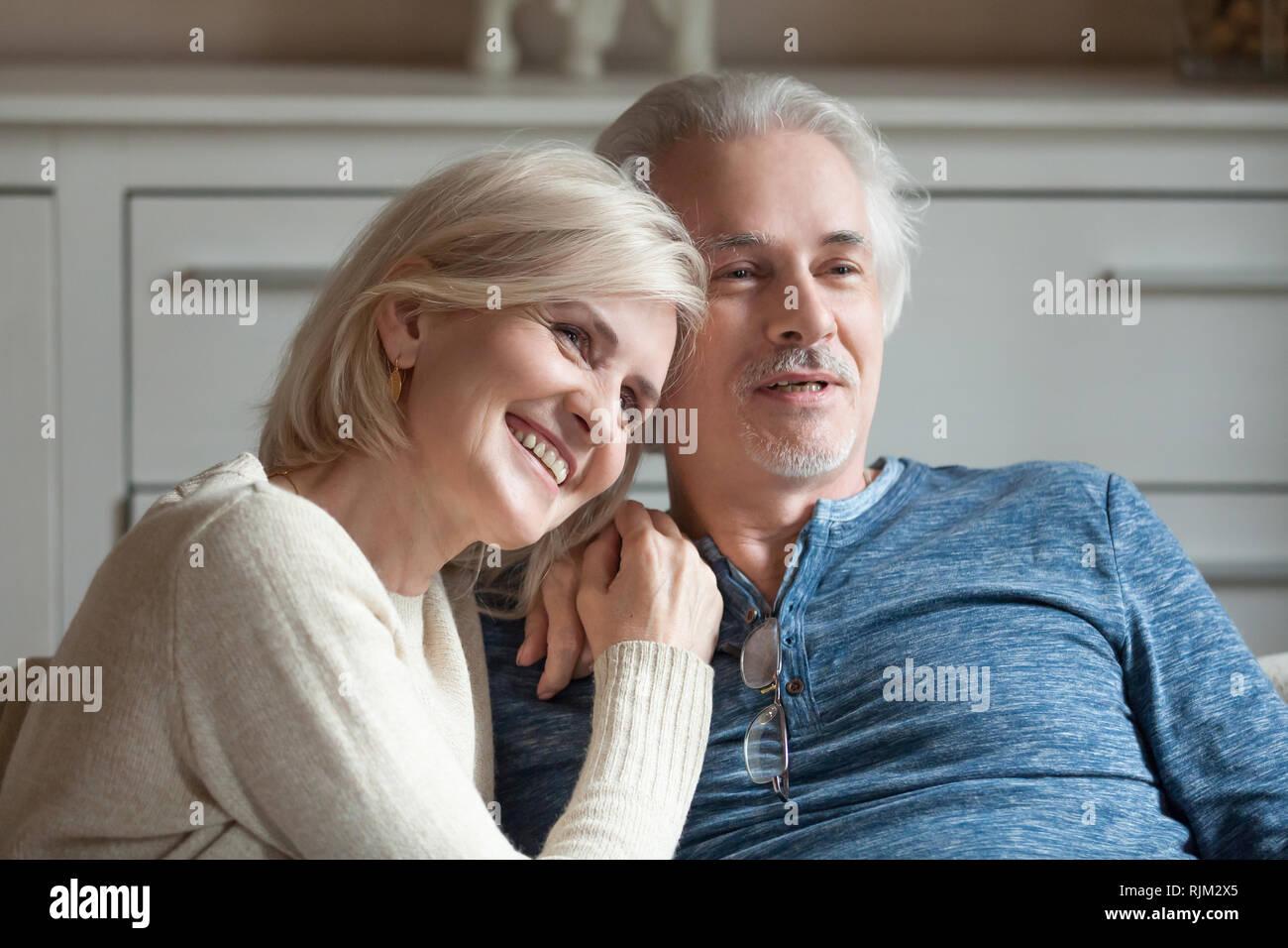 Beau vieux époux de passer du temps ensemble à regarder la télévision Photo Stock