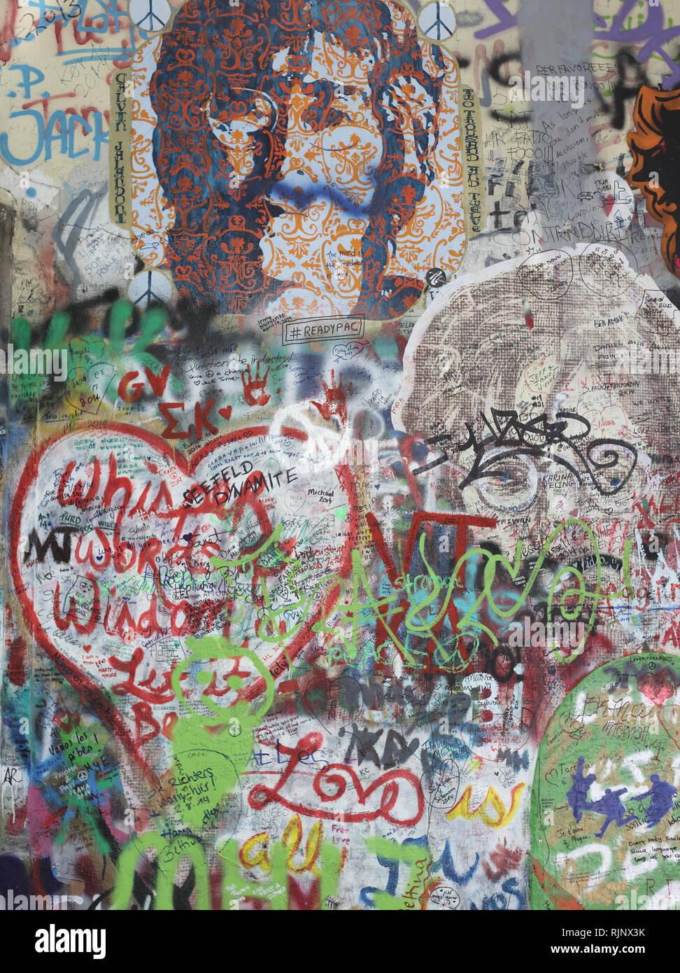 PRAGUE, RÉPUBLIQUE TCHÈQUE - NOVEMBRE 05:le mur de Lennon depuis les années 80, rempli de John Lennon. Usage éditorial uniquement. Banque D'Images