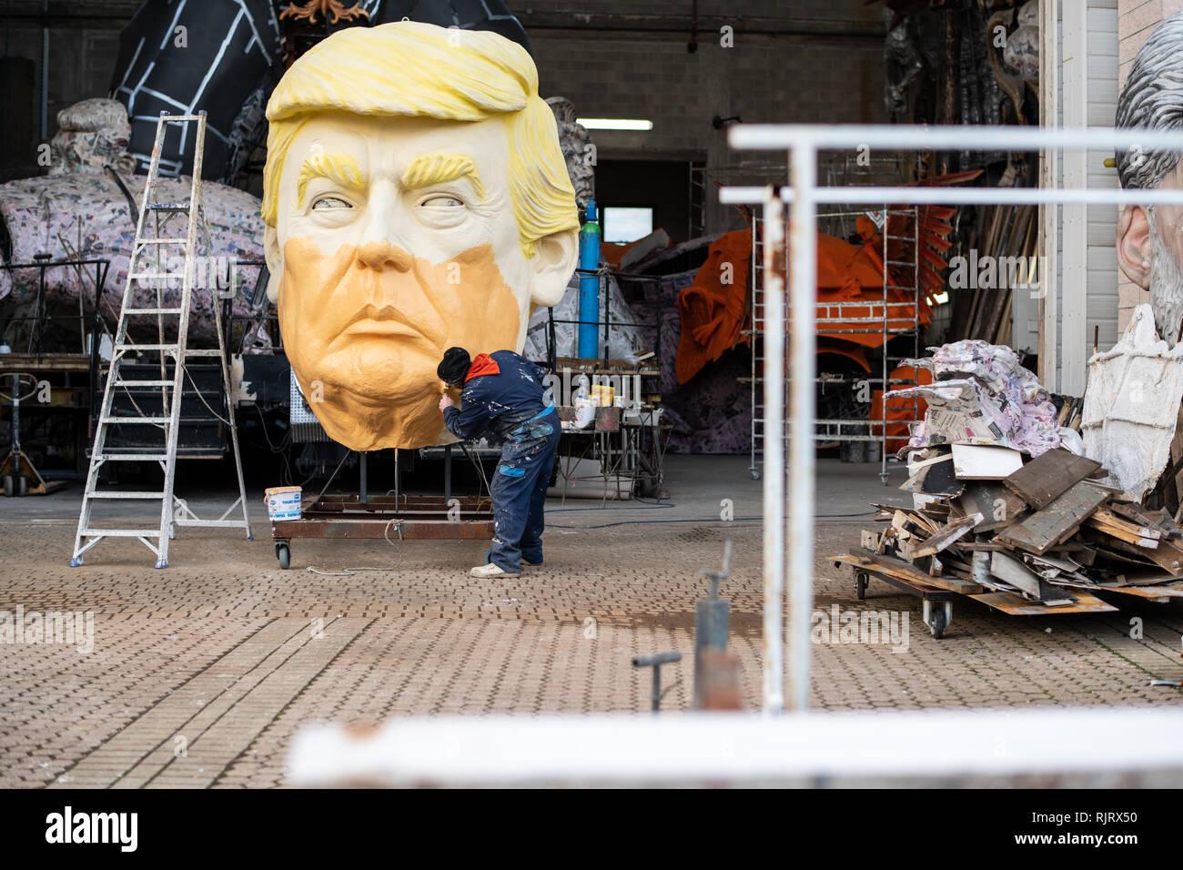 Viareggio, Italie. 07Th Feb 2019. Les flotteurs géant du carnaval de Viareggio dans aperçu pendant les dernières phases de construction. Il y a aussi Donald Trump et Frida Kahlo. Crédit: Stefano Dalle Luche/Alamy Live News Photo Stock