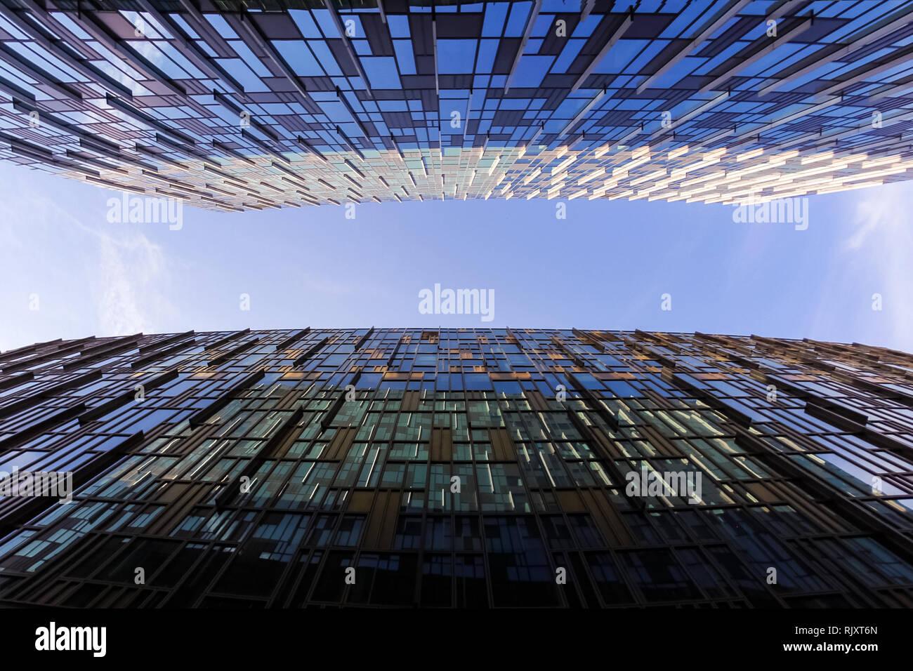 Jusqu'à entre deux gratte-ciel moderne des affaires, les bâtiments de grande hauteur, l'architecture sensibilisation pour le ciel, le soleil. Des concepts, de l'économie financière Photo Stock