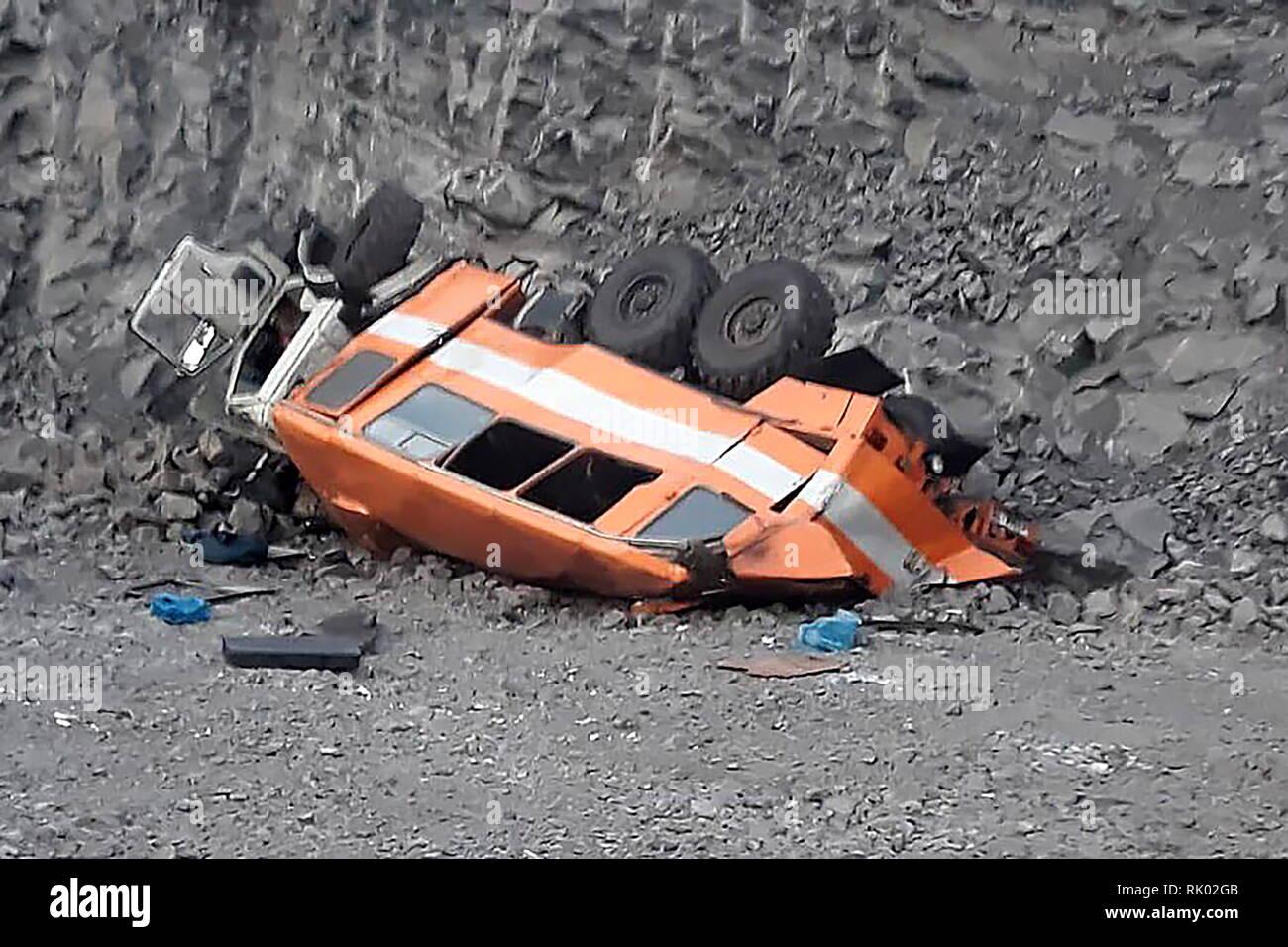 La région de Kemerovo, en Russie. Le 08 février, 2019. La région de Kemerovo, Russie - Février 8, 2019: l'épave d'un bus de l'équipe après qu'il a diminué de 8 mètres en bas de la pente dans une mine à ciel ouvert à l'Raspadskaya Mine de charbon en Mezhdurechensk, Kemerovo Region, Russie; 6 personnes ont été tuées dans l'accident, 18 ont subi des blessures. (Droit à la meilleure qualité possible) Bureau de presse de la Direction générale de la région de Kemerovo Ministère de situations durgence de la Russie/crédit: TASS ITAR-TASS News Agency/Alamy Live News Photo Stock