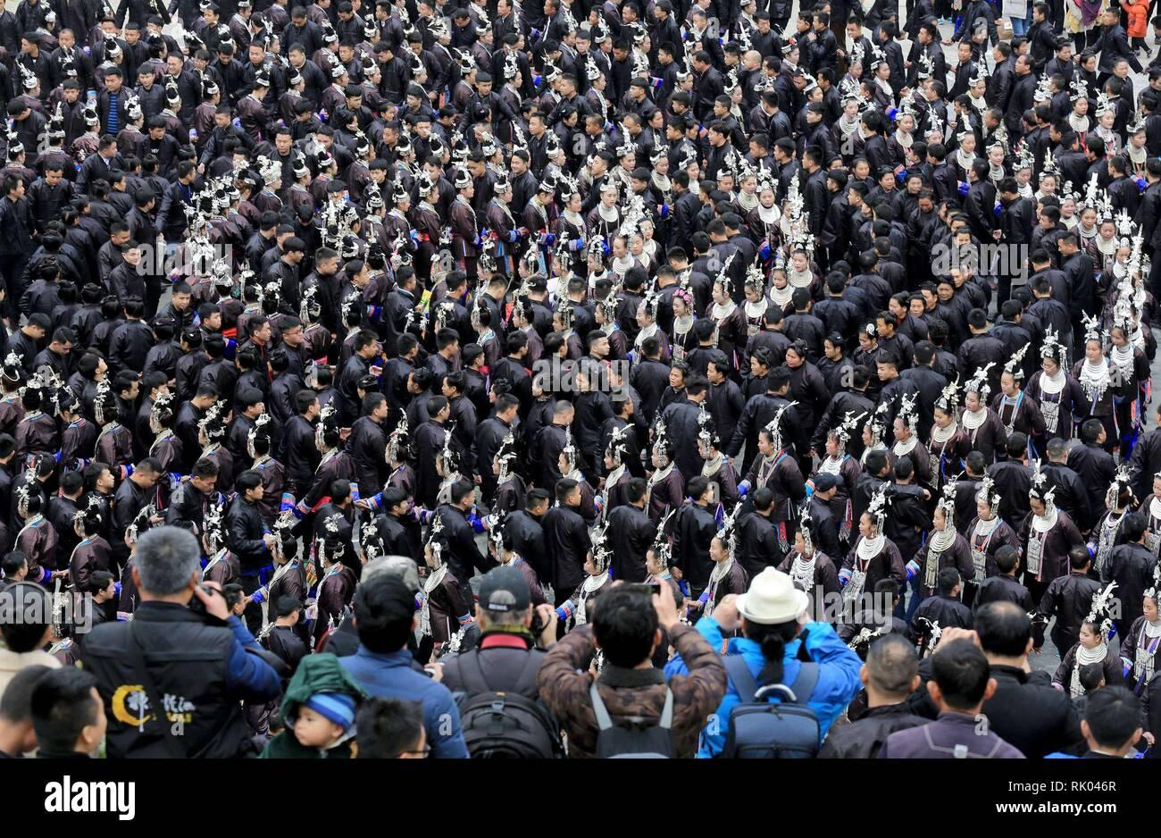 Qiandongnan, province du Guizhou en Chine. Feb 8, 2019. Les gens de l'ethnie Dong effectuer pendant le Festival de Printemps vacances d'été à Dingdong Village de Qiandongnan Préfecture autonome Miao et Dong, au sud-ouest de la province du Guizhou, en Chine, le 8 février 2019. Credit: Long Tao/Xinhua/Alamy Live News Photo Stock