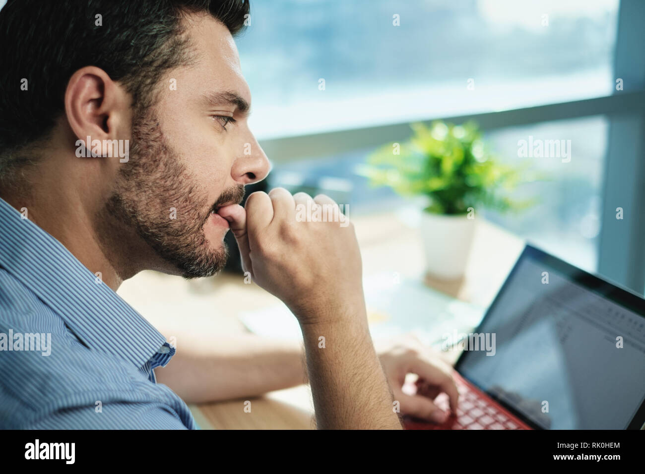 Anxieux Businessman Biting Nails travail avec ordinateur portable computer in Office Photo Stock
