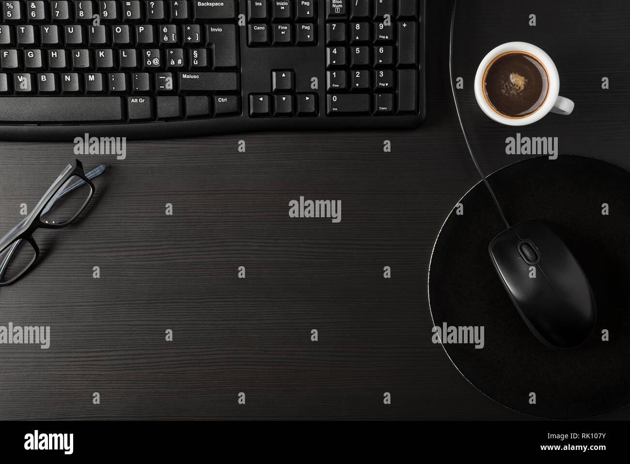 Noir Total 24 avec bureau et tasse de café Photo Stock