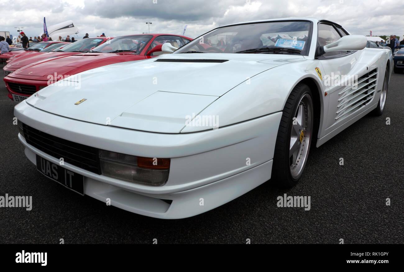 Les trois-quarts Vue de face d'un livre blanc, 1990, Ferrari Testerossa à afficher dans la zone de club de voiture du 2017 Silverstone Classic Photo Stock