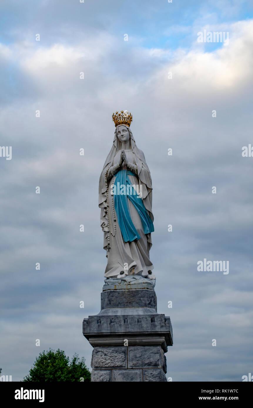 Lourdes, France; Août 2013: Statue de Notre Dame de l'Immaculée Conception. Lourdes, France, grand lieu de pèlerinage catholique Banque D'Images
