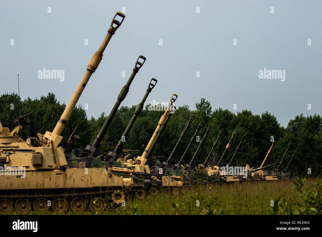 La Garde nationale du Minnesota, 1er Bataillon, 125e Field Artillery, préparer une mission de tir du bataillon à présent lors de la fête de la famille sur Camp Ripley, Minnesota, le 11 août, 2018. (U.S. Photo de la réserve de l'armée par la CPS. Arielle Lugtu) Photo Stock