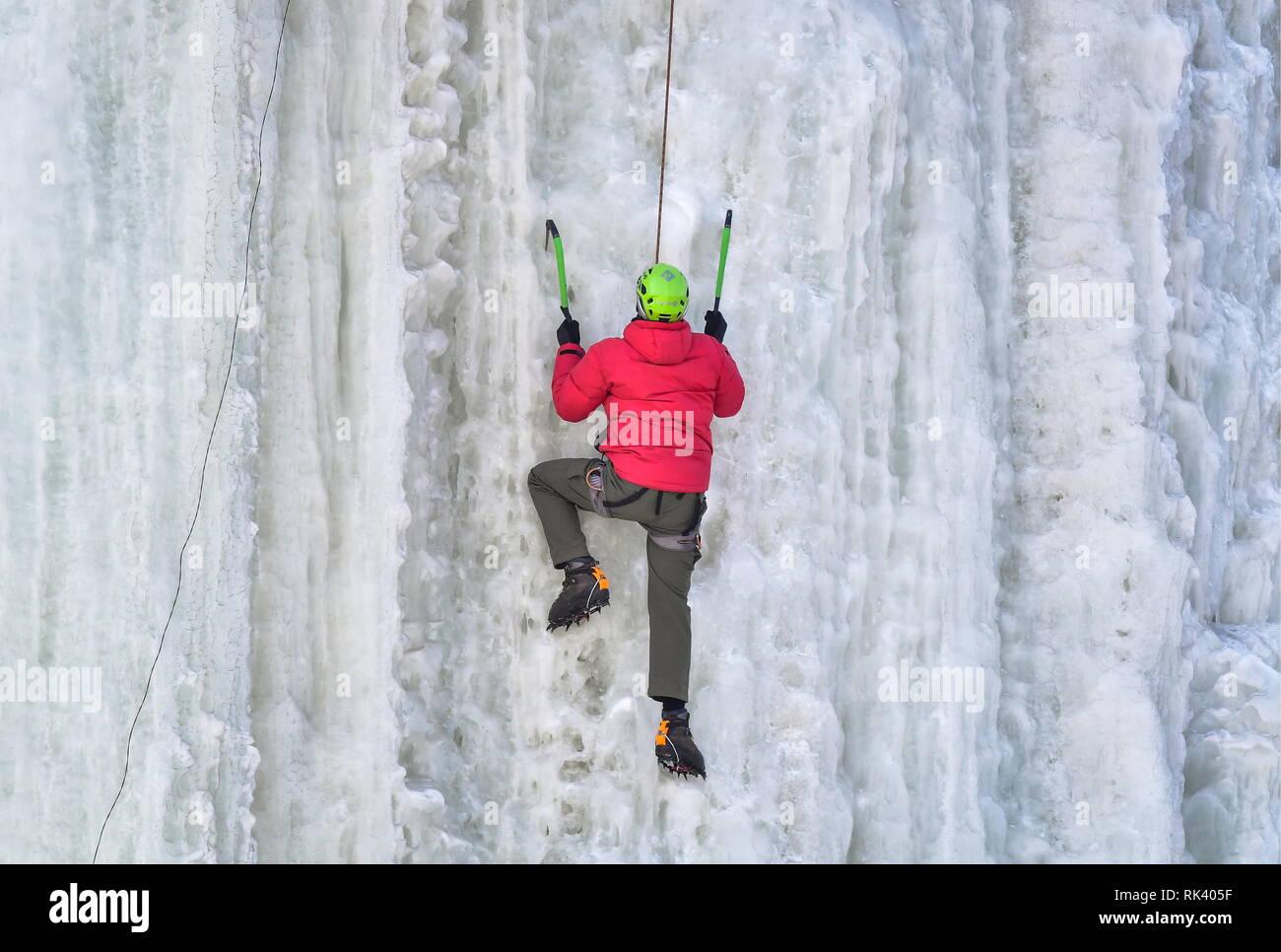 Yekaterinovka, la Russie. 09Th Feb 2019. La Russie. 09Th Feb 2019. PRIMORYE TERRITORY, RUSSIE - Février 9, 2019: un participant dans une fédération de l'escalade sur glace de la Coupe du monde sur un mur d'escalade de glace du Przhevalsky rock dans le village de Yekaterinovka. Yuri/Smityuk Crédit: TASS ITAR-TASS News Agency/Alamy Live News Photo Stock