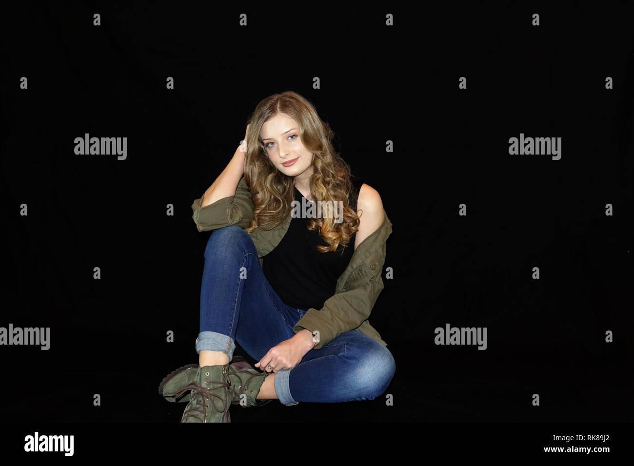 Une Fille De La Campagne A L Aide Pose Classique Photo Stock Alamy