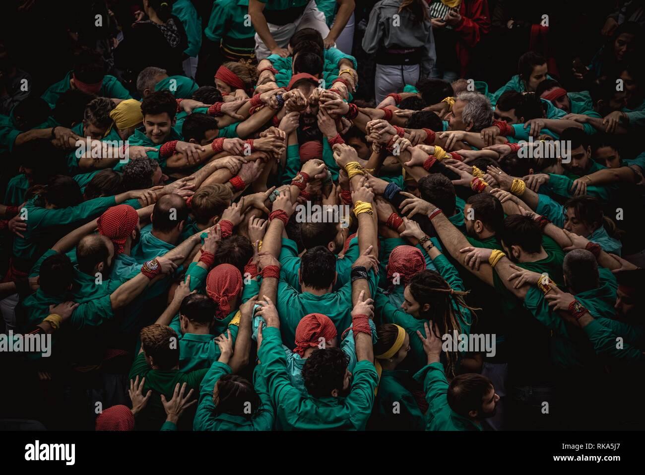 """Barcelone, Espagne. Février 10, 2019: Le """"Castellers de la Sagrada Familia se rassemblent pour former la base d'une tour humaine au cours du festival de la ville de Barcelone d'hiver santa Eulalia' Credit: Matthias Rickenbach/Alamy Live News Photo Stock"""
