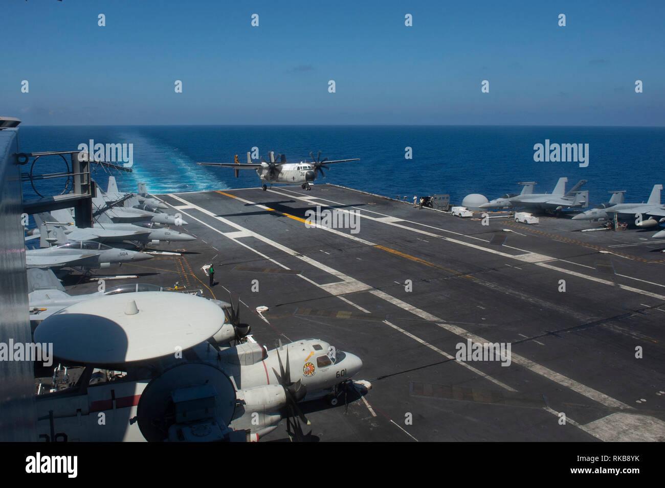 Un C-2A Greyhound, attribué à affecté à la logistique de la flotte e Escadron de soutien au combat (RVC) 30, le détachement 4, atterrit sur le pont du porte-avions USS JOHN C. STENNIS (CVN 74) dans l'océan Pacifique, le 8 février 2019. Le John C. Stennis est déployé pour la 7è zone des opérations de la flotte à l'appui de la sécurité et de la stabilité dans la région Indo-Pacifique. (U.S. Photo par marine Spécialiste de la communication de masse Seaman Apprentice Jordanie Ripley) Photo Stock