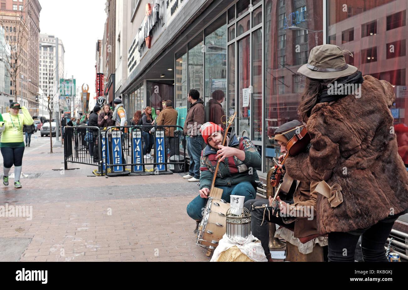Des musiciens de rue busk sur Euclid Avenue, dans le centre-ville de Cleveland, Ohio, USA. Banque D'Images