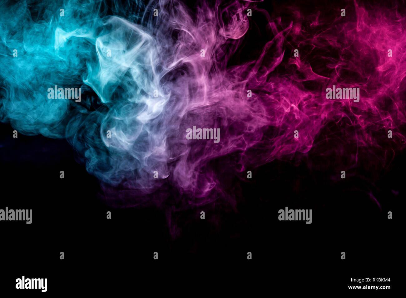 L'art abstrait coloré en bleu et rose sur fond noir de fumée isolés. Arrêter le mouvement de la fumée multicolore sur fond sombre Banque D'Images