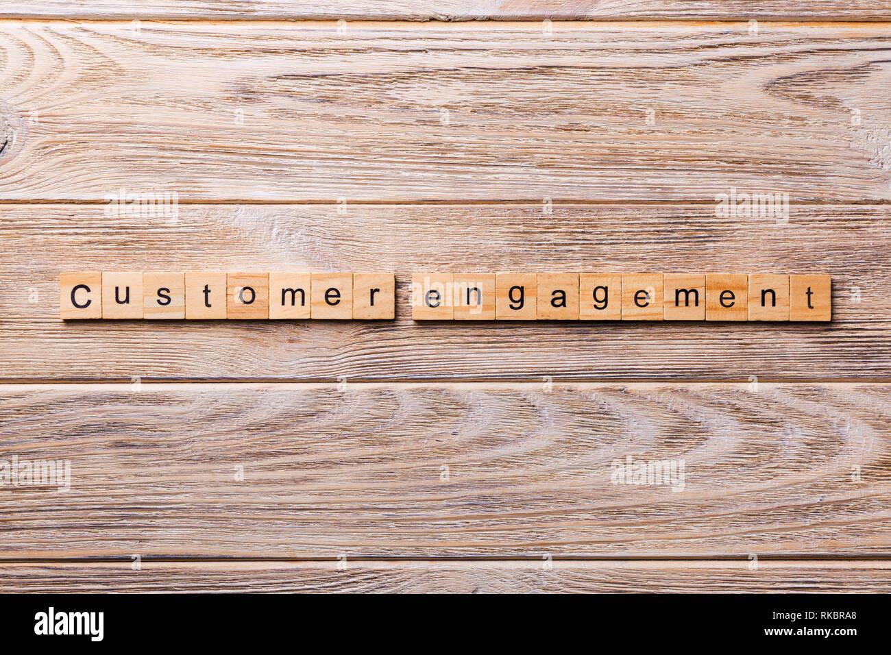 Mot d'engagement du client écrit sur bloc de bois. Texte d'engagement du client sur la table en bois pour votre conception, concept. Banque D'Images