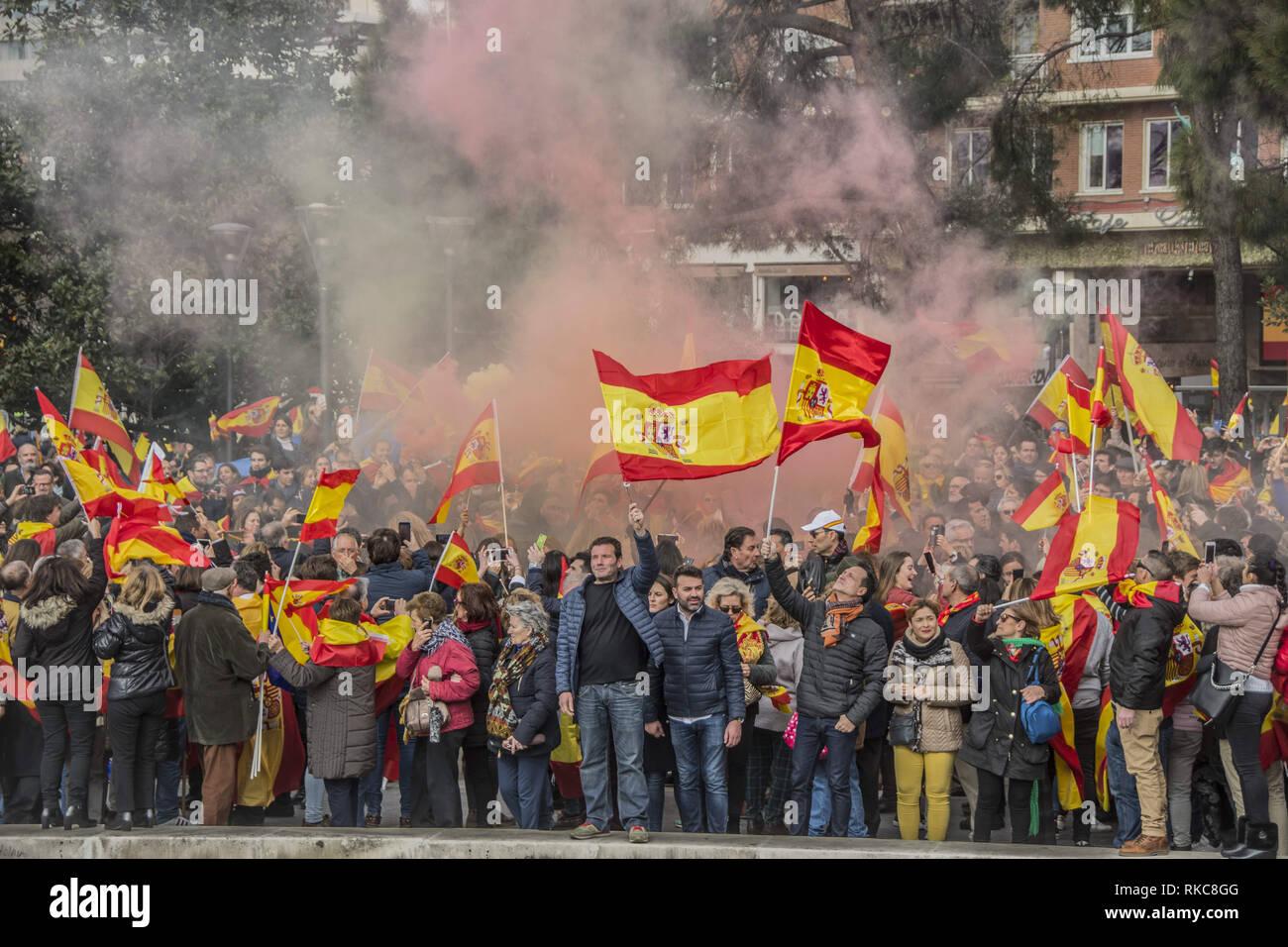 Madrid, Espagne. 10 fév, 2019. Les protestataires sont vus en agitant drapeaux espagnols pendant la manifestation.Des milliers de citoyens espagnols ont protesté à Place Colon à Madrid contre le gouvernement de Pedro Sánchez DE SÃ, demande d'une élection. Credit: Alberto Sibaja SOPA/Images/ZUMA/Alamy Fil Live News Photo Stock