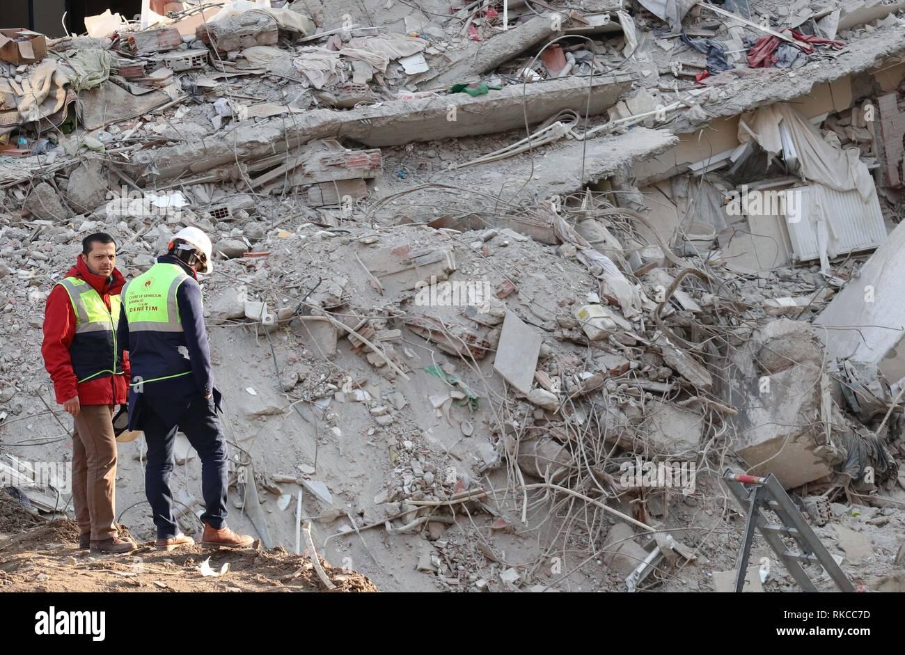 Istanbul, Turquie. 10 fév, 2019. Les sauveteurs travaillent à l'emplacement de l'immeuble effondré à Istanbul, Turquie, le 10 février, 2019. Les équipes de secours le dimanche ont conclu leurs quatre jours de récupération sur les ruines d'un immeuble de huit étages à Istanbul. Un total de 35 personnes ont été tirés des débris, avec 21 d'entre eux morts et 14 autres blessés, le bureau du gouverneur d'Istanbul a dit dans une déclaration écrite. Credit: Xu 199 Changjiang/Xinhua/Alamy Live News Photo Stock