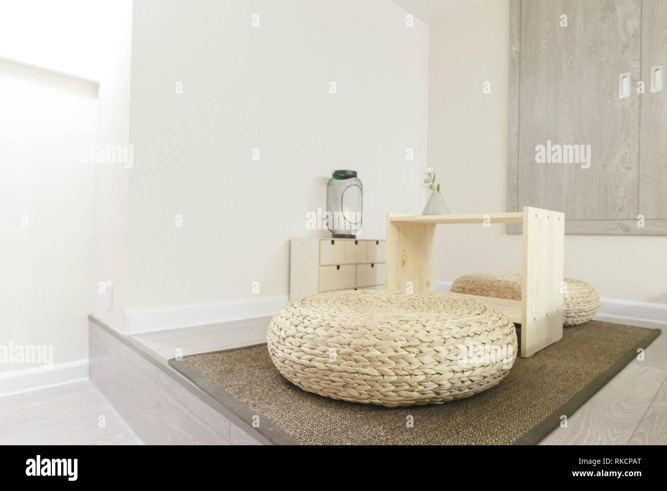Assis sur le sol japonais Coussins Design Intérieur contemporain ...