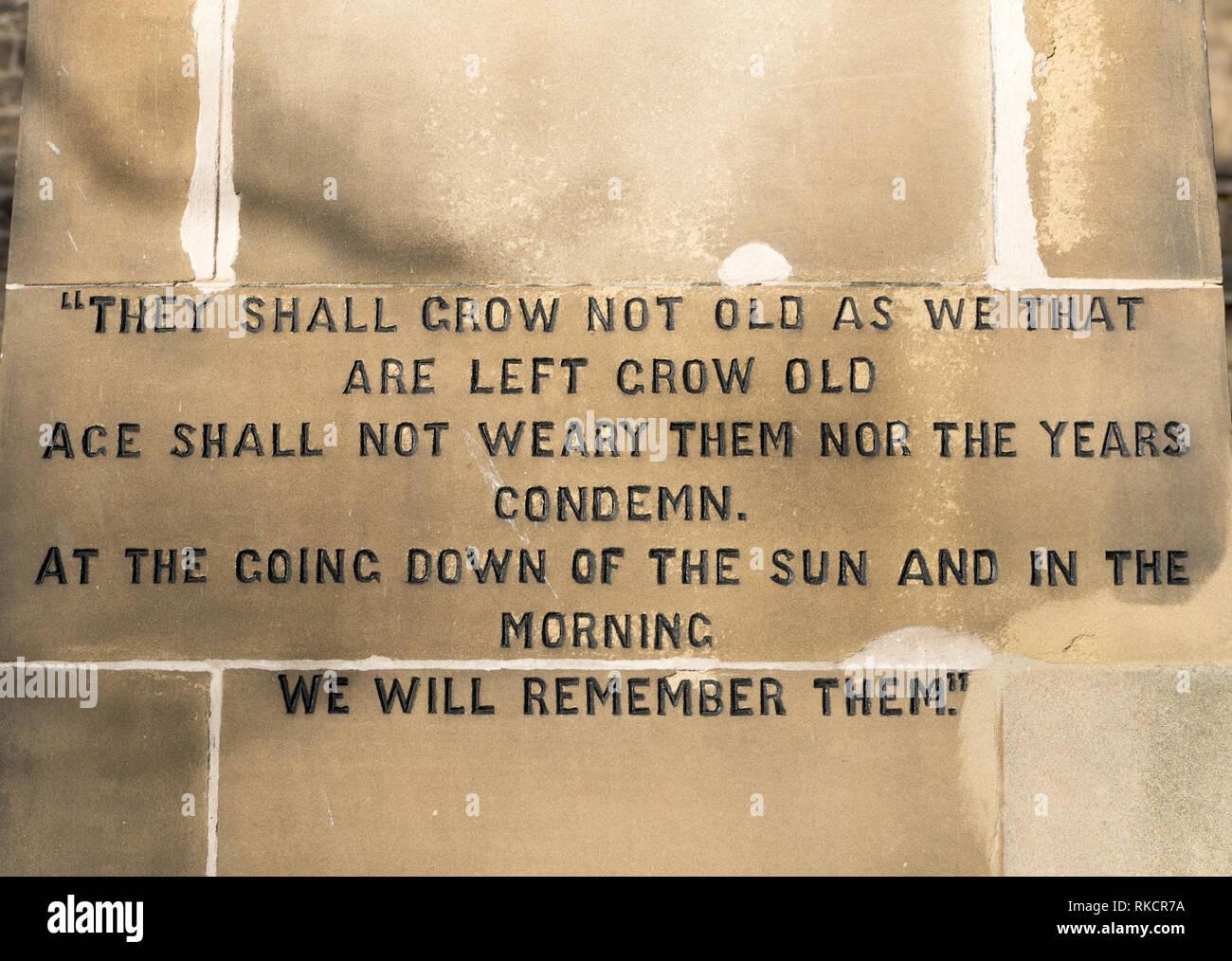 Verset de Robert le poème de Laurence Binyon, pour les morts gravés sur le monument commémoratif de guerre à Rothbury, Northumberland, England, UK Photo Stock