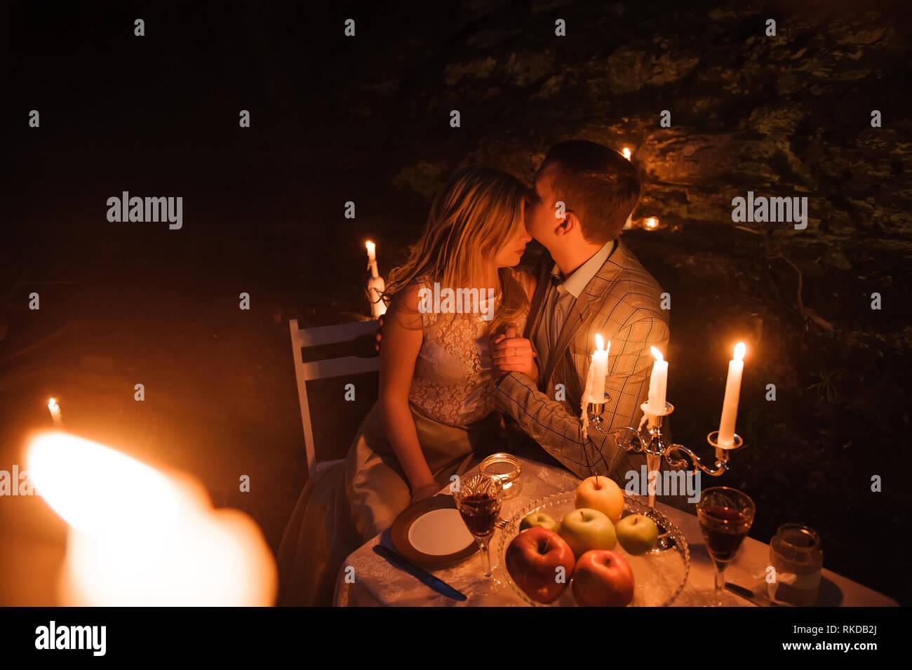 Diner Romantique D Un Jeune Couple Aux Chandelles Dans La Montagne Photo Stock Alamy
