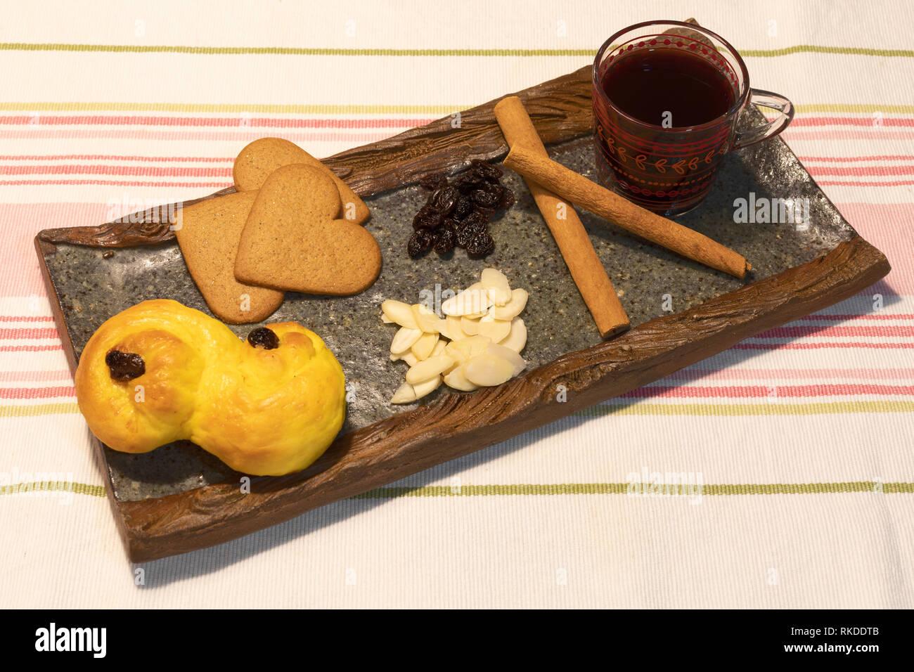 Pain au safran, Ginger Snaps et vin chaud suédois glögg ou avec des bâtons de cannelle, raisins et amandes effilées Banque D'Images