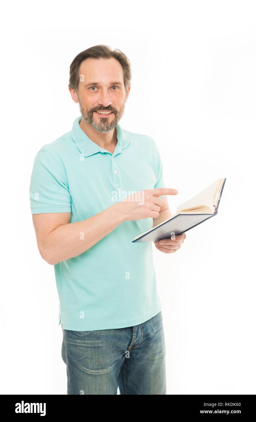 Jamais trop tard l'étude. Homme barbu matures isolés livre tenir fond blanc. L'information utile. L'éducation. Accueil éducation et l'auto amélioration. L'éducation pour adulte. La confiance et l'intelligence. Photo Stock