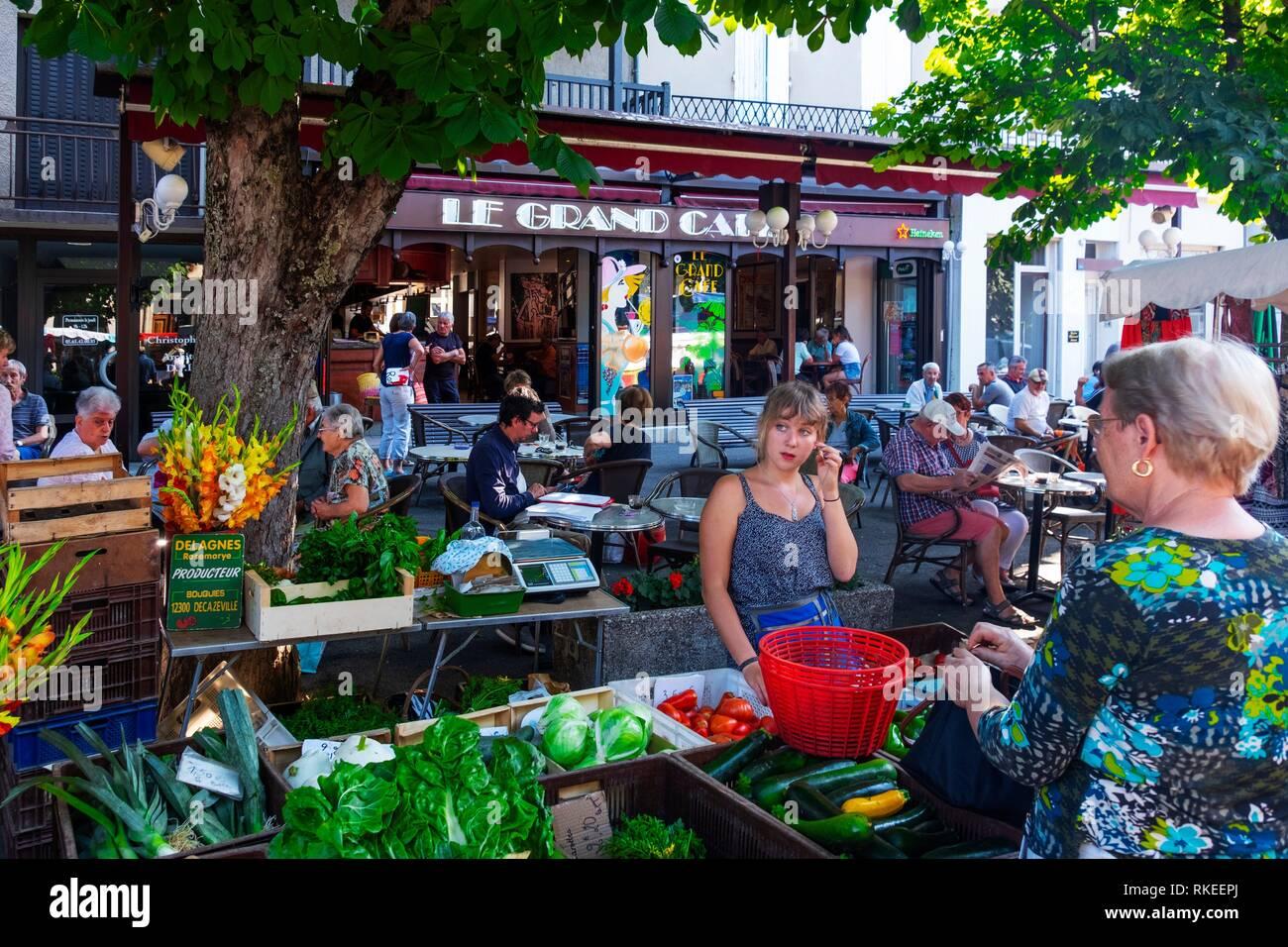 France, Auvergne, Cantal, au jeudi de la rue du marché à Maurs. Photo Stock