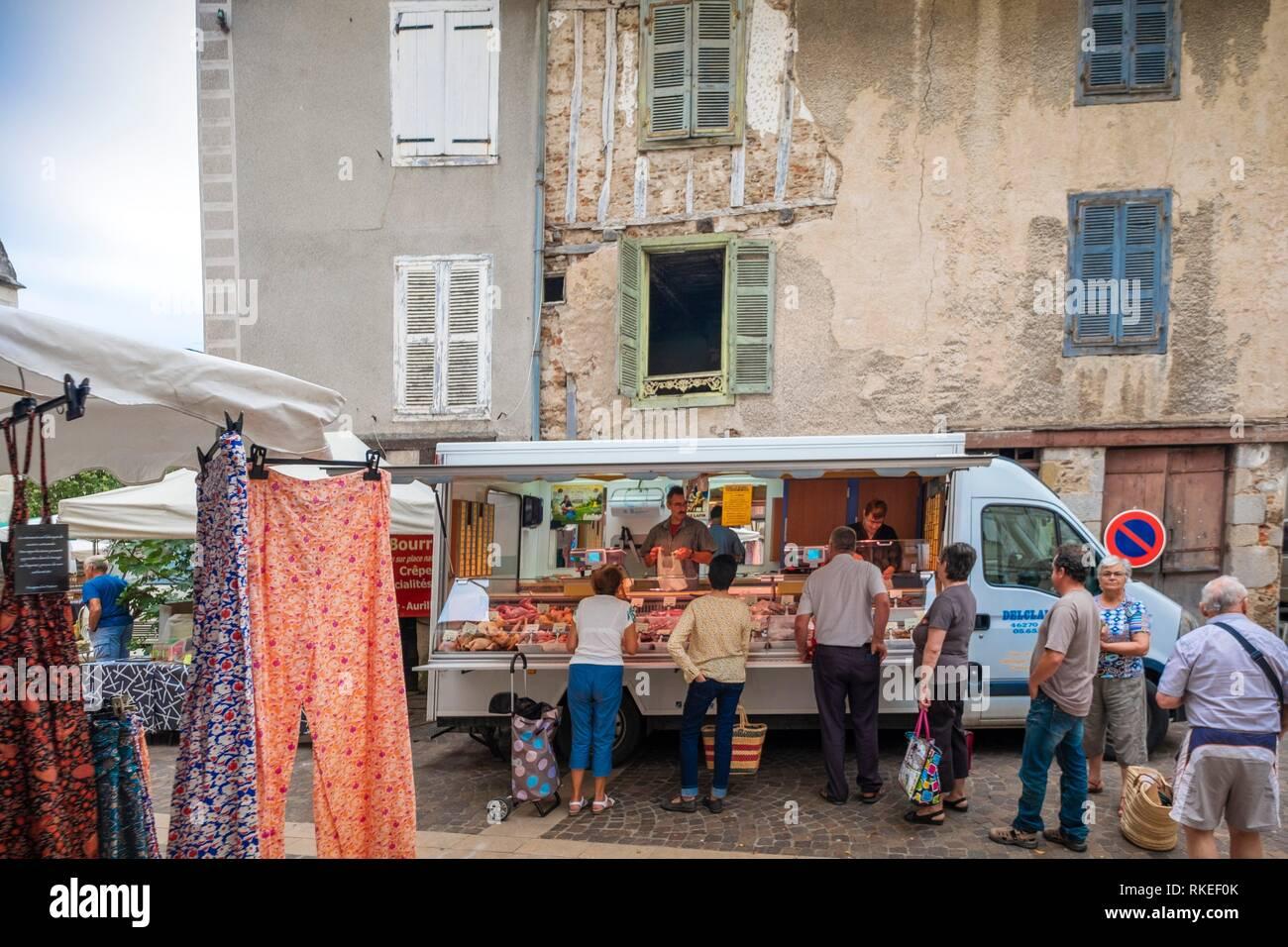 France, Auvergne, Cantal, hebdomadaire de la rue du marché à Maurs. Photo Stock