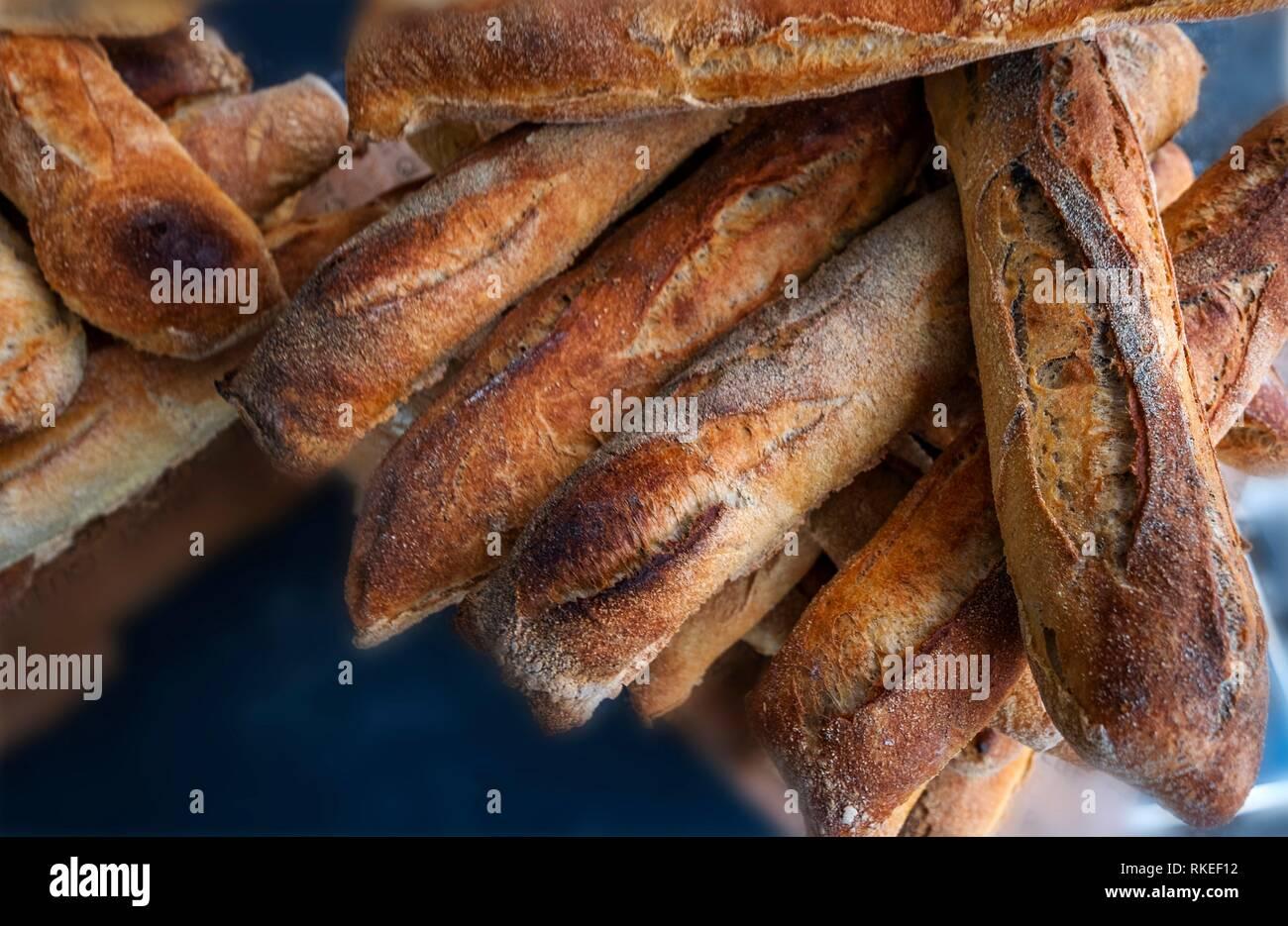 France, Auvergne, Cantal, les français ''baguette'' sur l'hebdomadaire de la rue du marché à Maurs. Photo Stock