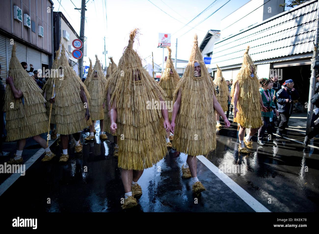 Kaminoyama, au Japon. Feb 11, 2019. Les participants habillés en 'Kendai' ou une paille en forme d'oiseaux promenades manteaux au village pour exécuter une danse pendant le Festival 'Kasedori' dans Kaminoyama, Yamagata Prefecture, Japon, le 11 février, 2019, à prier pour une bonne récolte, la bonne fortune et de prévention des incendies locaux alors que les gens attendent dans les rues avec des seaux et des louches pour éclabousser l'eau froide sur les interprètes. (Photo: Richard Atrero de Guzman/Aflo) Credit: AFLO Co.,Ltd/Alamy Live News Photo Stock