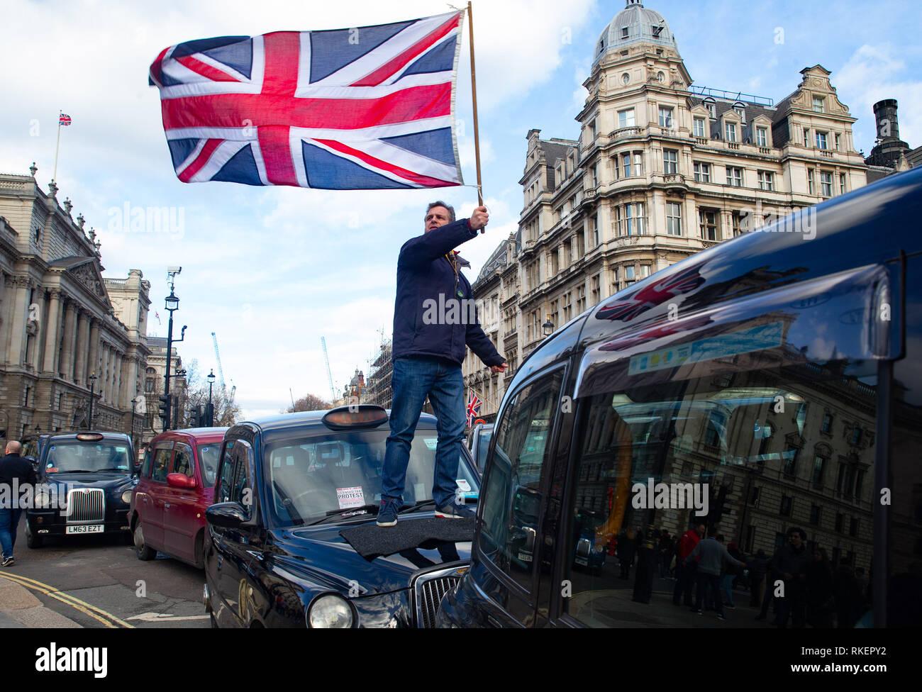 Londres, Royaume-Uni. Feb 11, 2019. Les chauffeurs de taxi sous licence bloquer la place du Parlement, Whitehall et les rues avoisinantes. Ils ont amené la région autour de Westminster à l'arrêt.Ils s'insurgent contre le maire de Londres et SML qui ont leur a refusé l'accès à la Banque, Tottenham Court Road, Tooley Street, Greenwich, Lewisham, Islington et Hackney. Ils affirment que le maire de Londres et CFF sont l'ingénierie la destruction de la profession de taxi sous licence par la fermeture de rues pour eux. Credit: Tommy Londres/Alamy Live News Photo Stock
