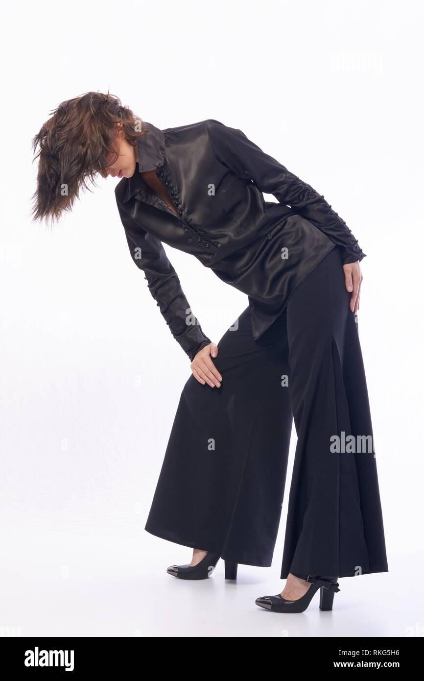 4affd57693966 Jeune fille aux cheveux noirs en vêtement élégant posant devant la caméra.  La jeune fille est très mignon et a une apparence et un bon modèle figure  svelte.