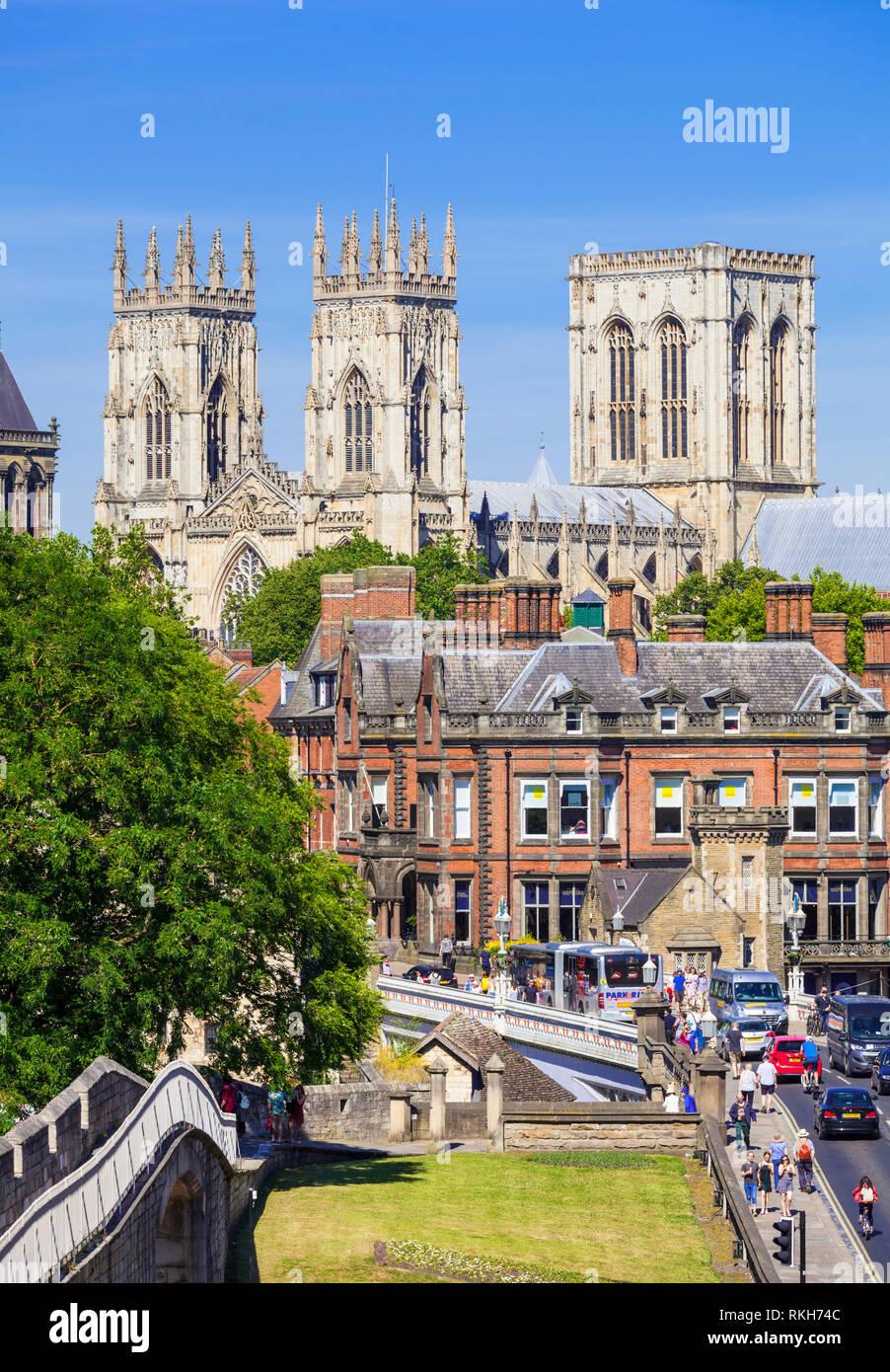 La cathédrale de York et d'une partie de l'enceinte historique de la ville le long de la route de la station York Yorkshire Angleterre UK GB EU Europe Photo Stock