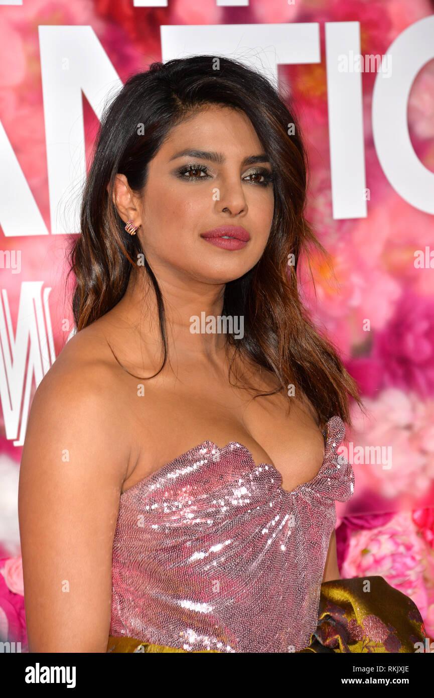 """Los Angeles, USA. Feb 11, 2019. LOS ANGELES, CA. 11 février 2019: Priyanka Chopra à la première de 'n'est ce pas romantique"""" au théâtre à l'hôtel. Photo Credit: Paul Smith/Alamy Live News Banque D'Images"""