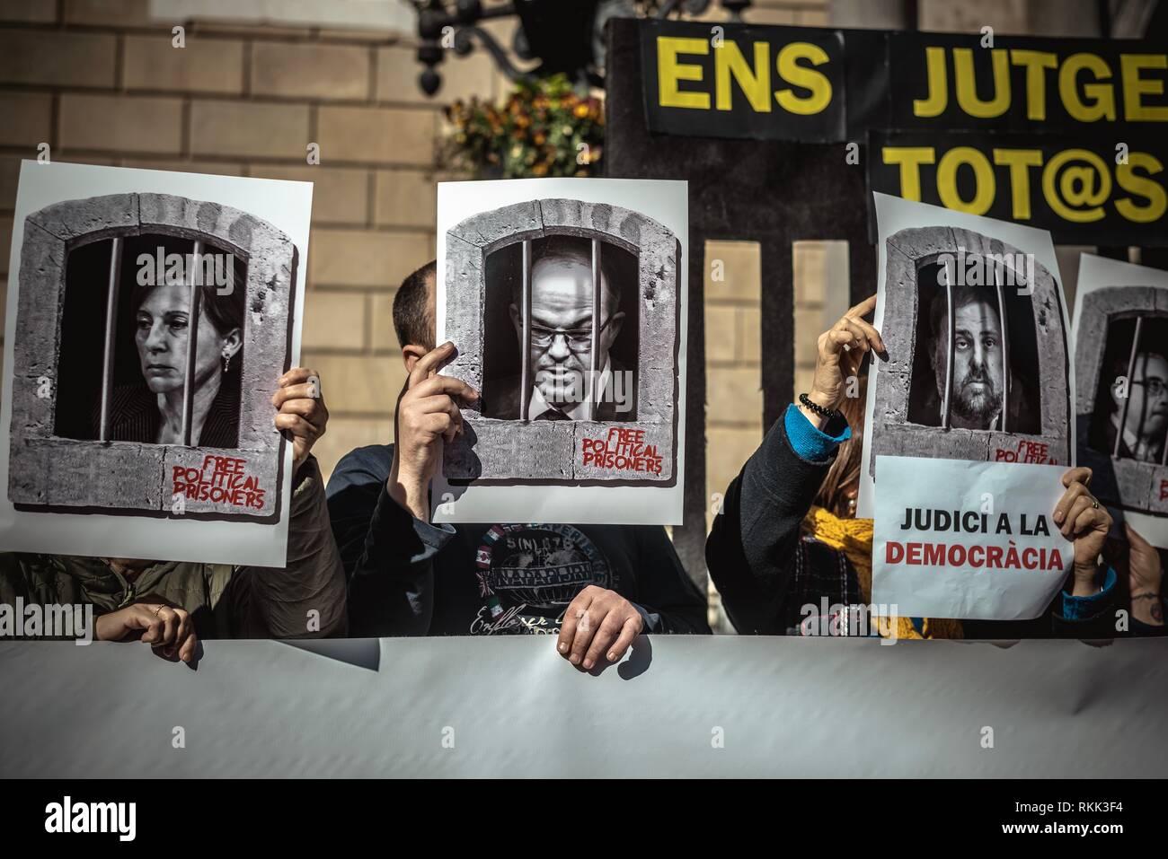 Barcelone, Espagne. 12 Février, 2019. Les séparatistes catalans se rassemblent pour protester contre le départ de la Cour suprême procès contre 12 dirigeants Catalan chargé de sédition et de révolte contre l'Espagne et le détournement de fonds publics en relation avec un référendum sur la sécession et l'indépendance d'un vote au Parlement Catalan en octobre 2017. Credit: Matthias Rickenbach/Alamy Live News Photo Stock