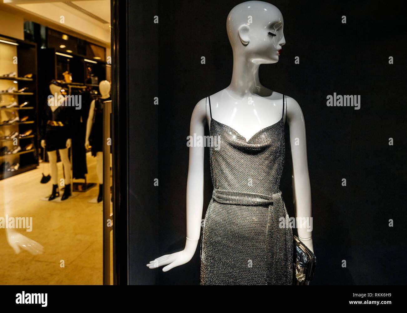 a5b17801b5a Femme de luxe robe de soirée sur mannequin vu de la rue commerçante de  quartier haute