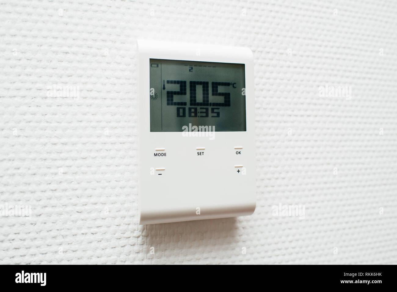Nouveau thermostat électronique moderne dans lintérieur de la