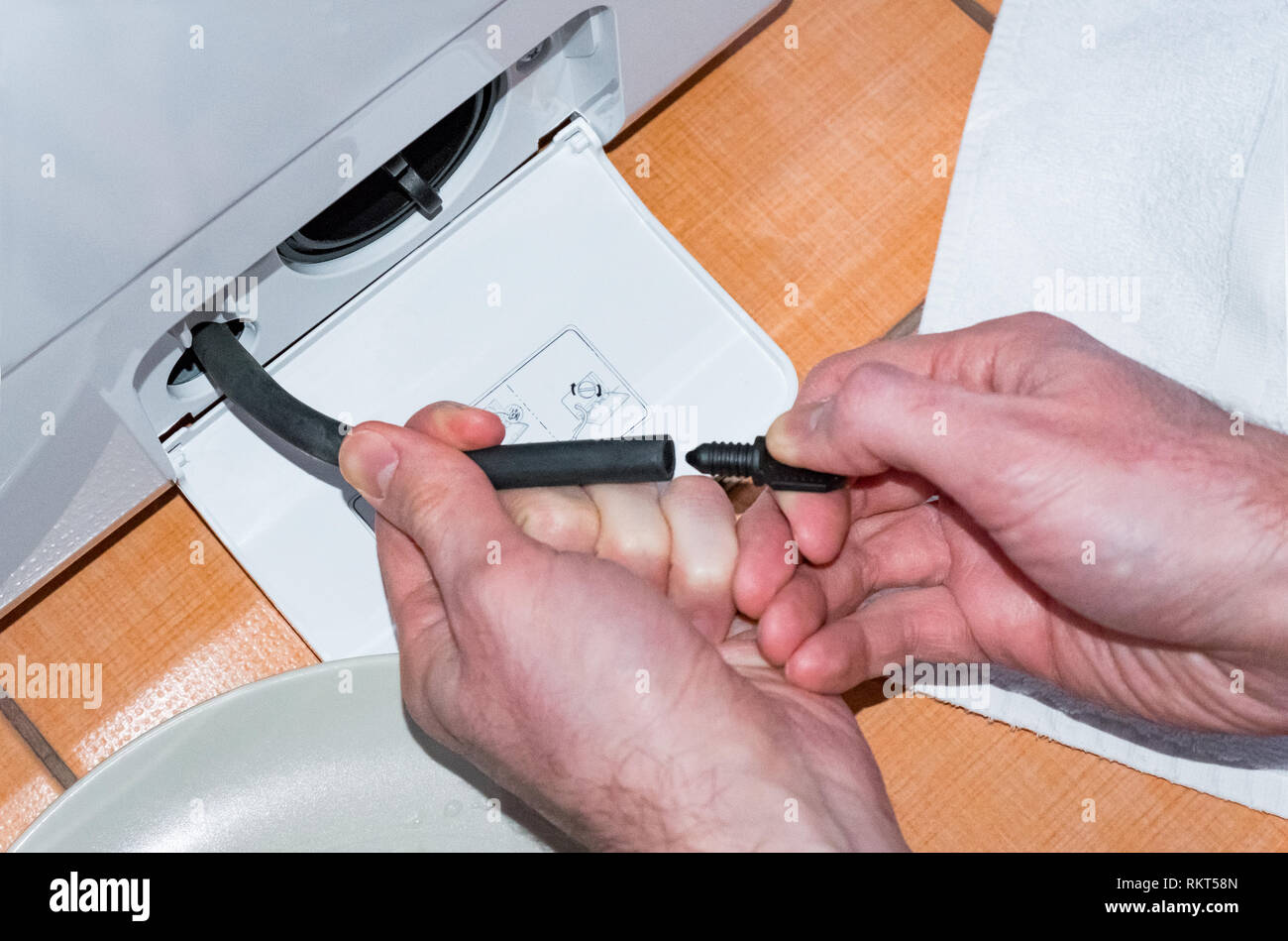 Entretien Machine A Laver le maître procède à l'entretien de la machine à laver