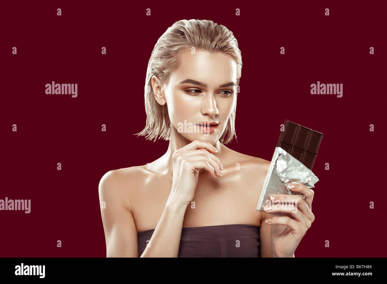 Modèle prenant part à une alimentation saine à la campagne de chocolate Photo Stock